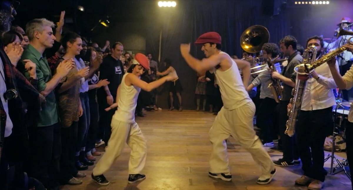 Deux danseurs sur la musique de Bim Bam Orchestra en public