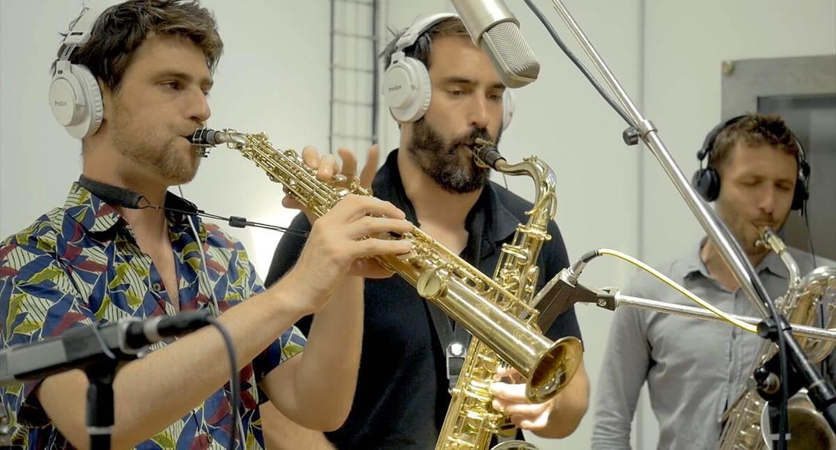 La section de cuivres de Bim Bam Orchestra enregistre en studio