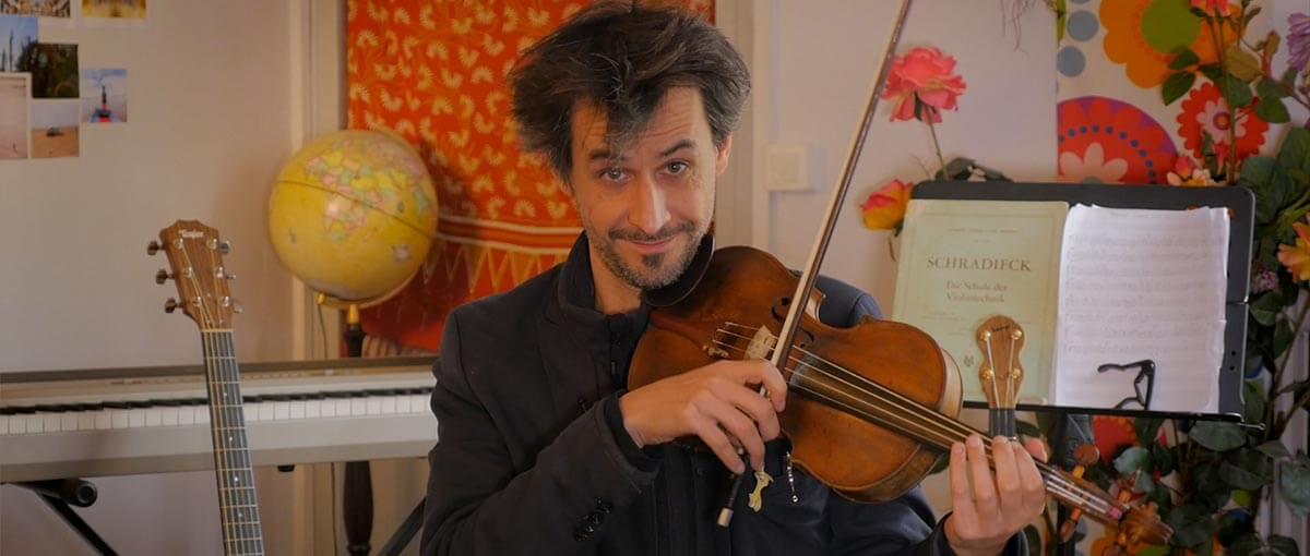 Raphael Maillet joue du violon