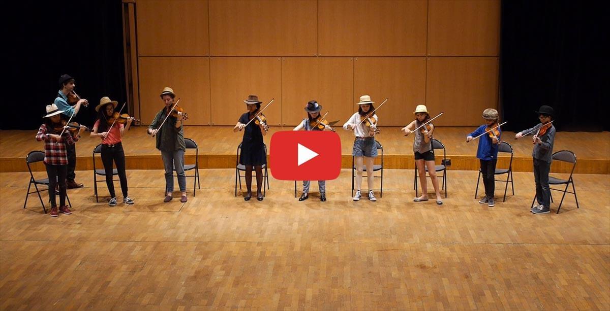 """Captation de neuf enfants et Raphaël Maillet jouant du vilolon """"Fiddle"""""""